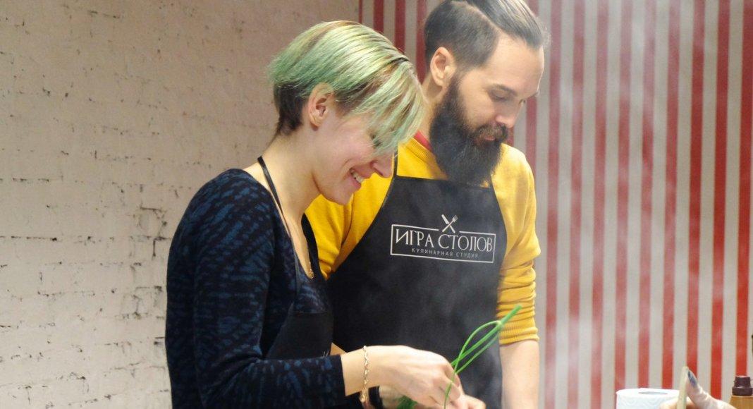 пара готовит ужин