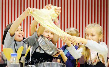 дети делят тесто