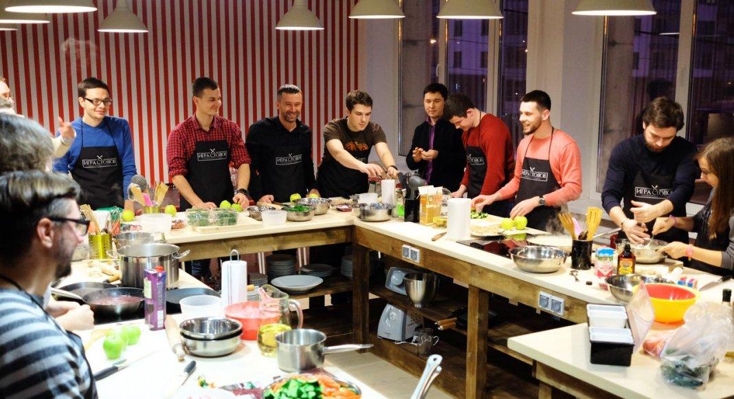 мужчины готовят