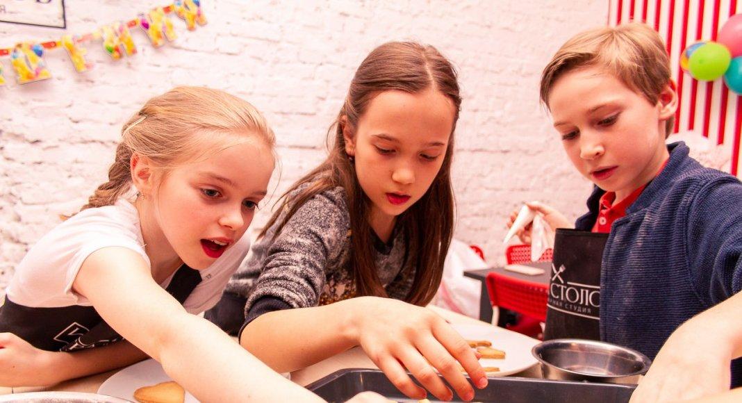 дети делают печенье